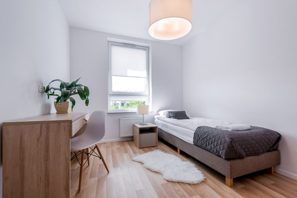 Bedroom with wood desk single bed and white walls minimalist tips